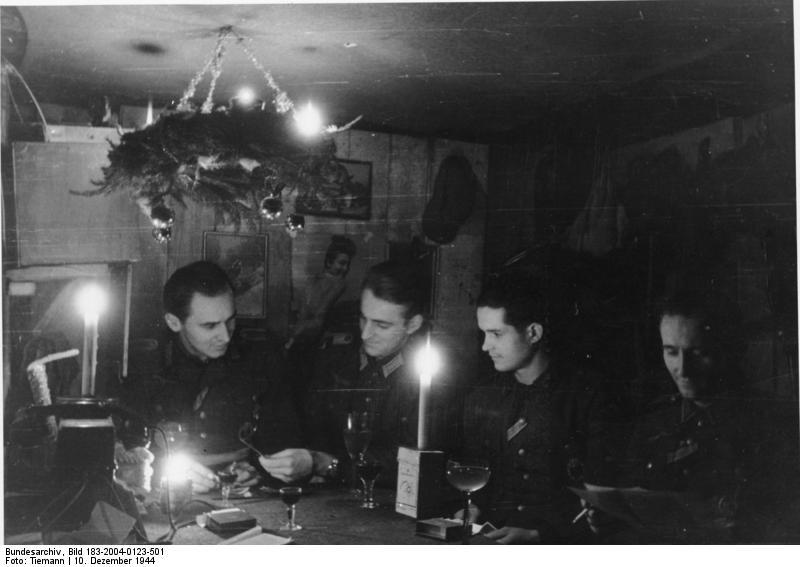 Bundesarchiv Bild 183-2004-0123-501, Bei Goldap, Vorweihnacht im Bunker.jpg