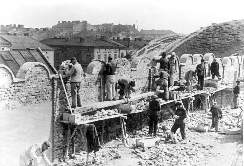 Construction du mur du ghetto de Cracovie.