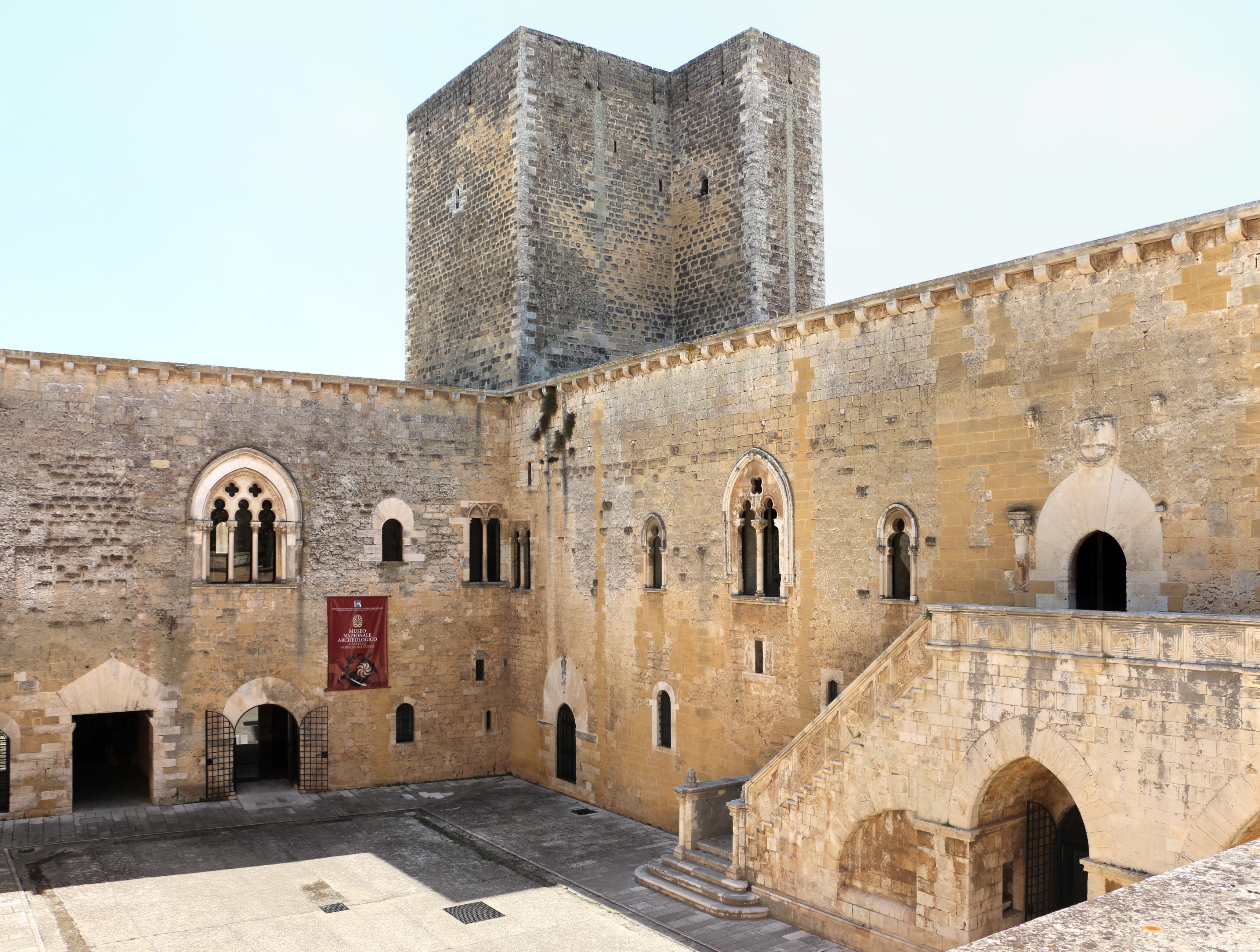 File:Castello di gioia del colle, esterno, cortile 05.jpg ...