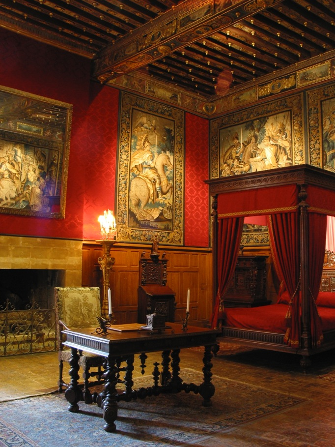 https://upload.wikimedia.org/wikipedia/commons/c/c1/Chambre_Louis_XIII_brissac.jpeg