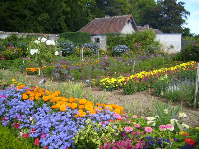 File:Chateau de Bouges Flower Garden 1.jpg
