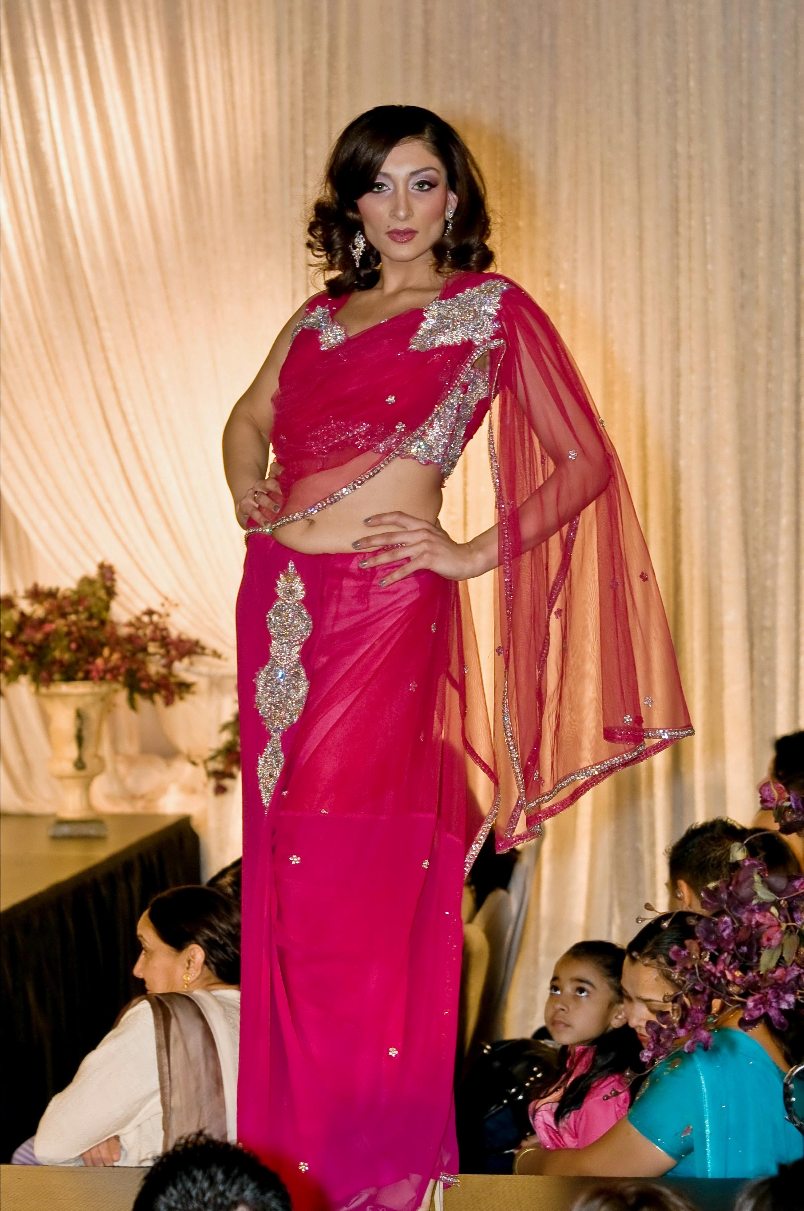 Description Female Model in Navel exposing Sari.jpg