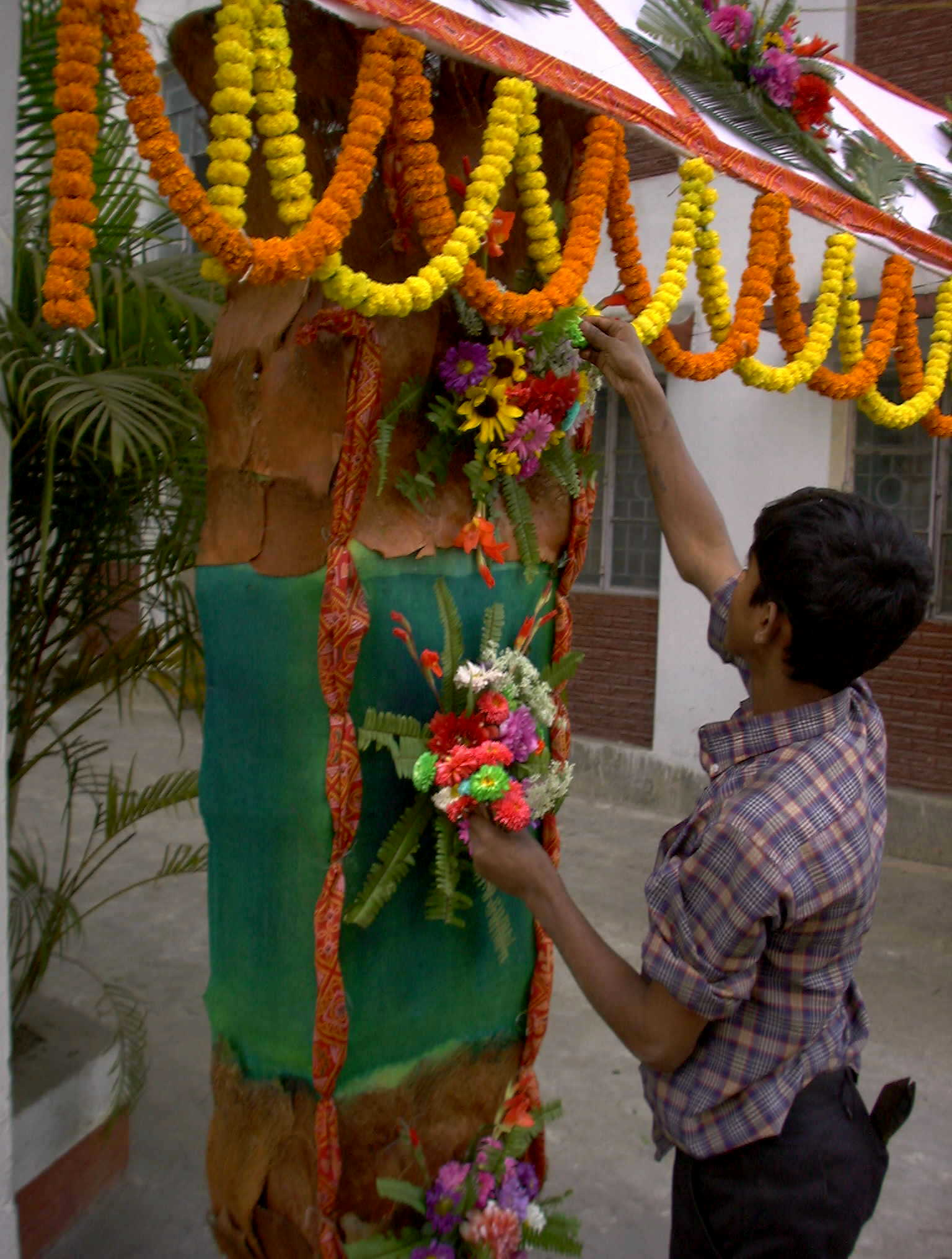 Garland wikipedia for Artificial flowers for home decoration india