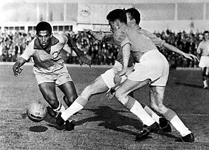 Garrincha (left) during the World Cup 1962