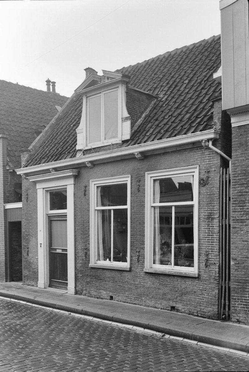 Huis met lage lijstgevel ingang met pilasteromlijsting dakkapel met gebroken fronton in edam - Huis ingang ...