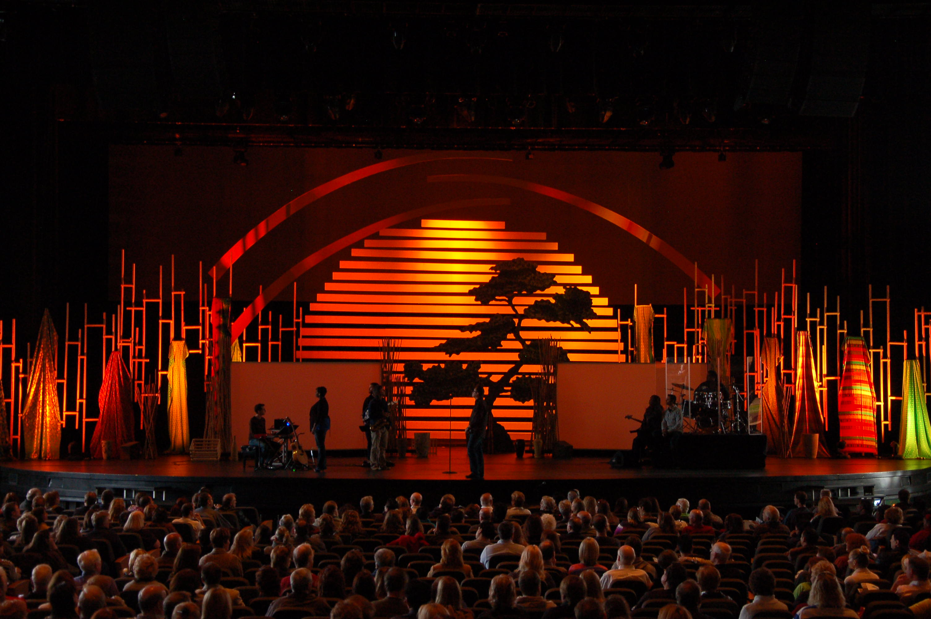 File:Glenn Davis 2012 COH Event Willow Creek Church scenic design.jpg
