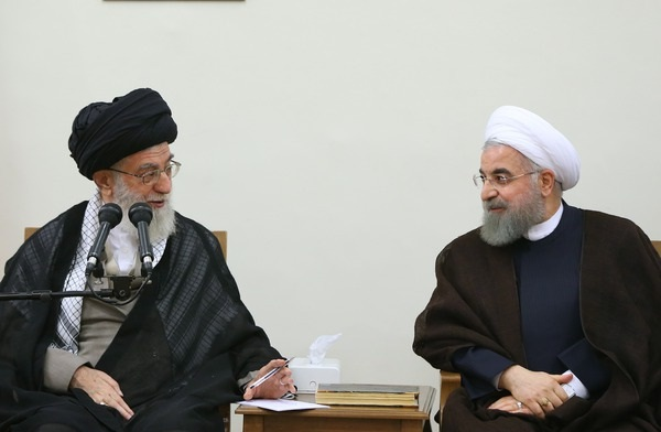 https://upload.wikimedia.org/wikipedia/commons/c/c1/Government%27s_yearly_Ramadhan_meeting_with_Ayatollah_Ali_Khamenei_03.jpg