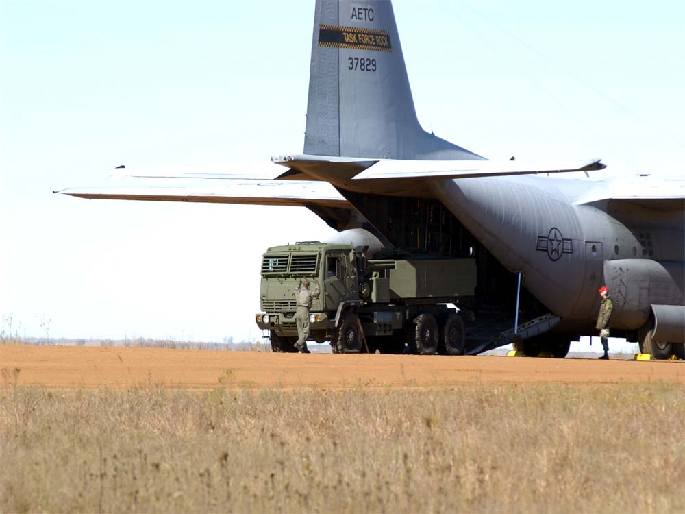 راجمة الصواريخ الامريكية HIMARS HIMARS_rolls_off_a_C-130