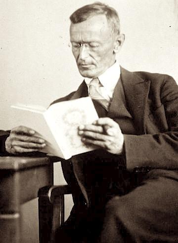 Hermann Hesse liest ein Buch, 1927