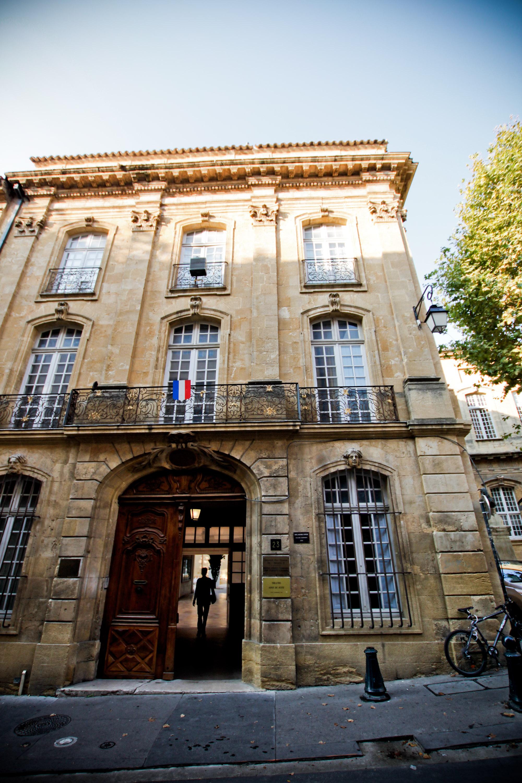 http://upload.wikimedia.org/wikipedia/commons/c/c1/Hotel-maynier-d-oppede-23-rue-gaston-de-saporta-aix-en-provence-1.jpg
