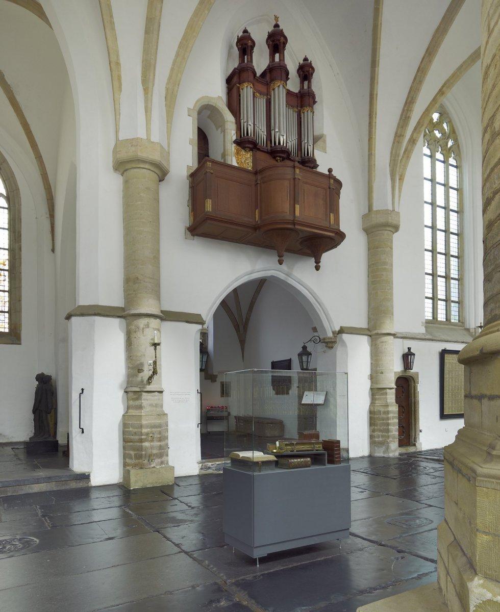 File interieur kleine orgel boven ingang van zijkapel for Interieur haarlem