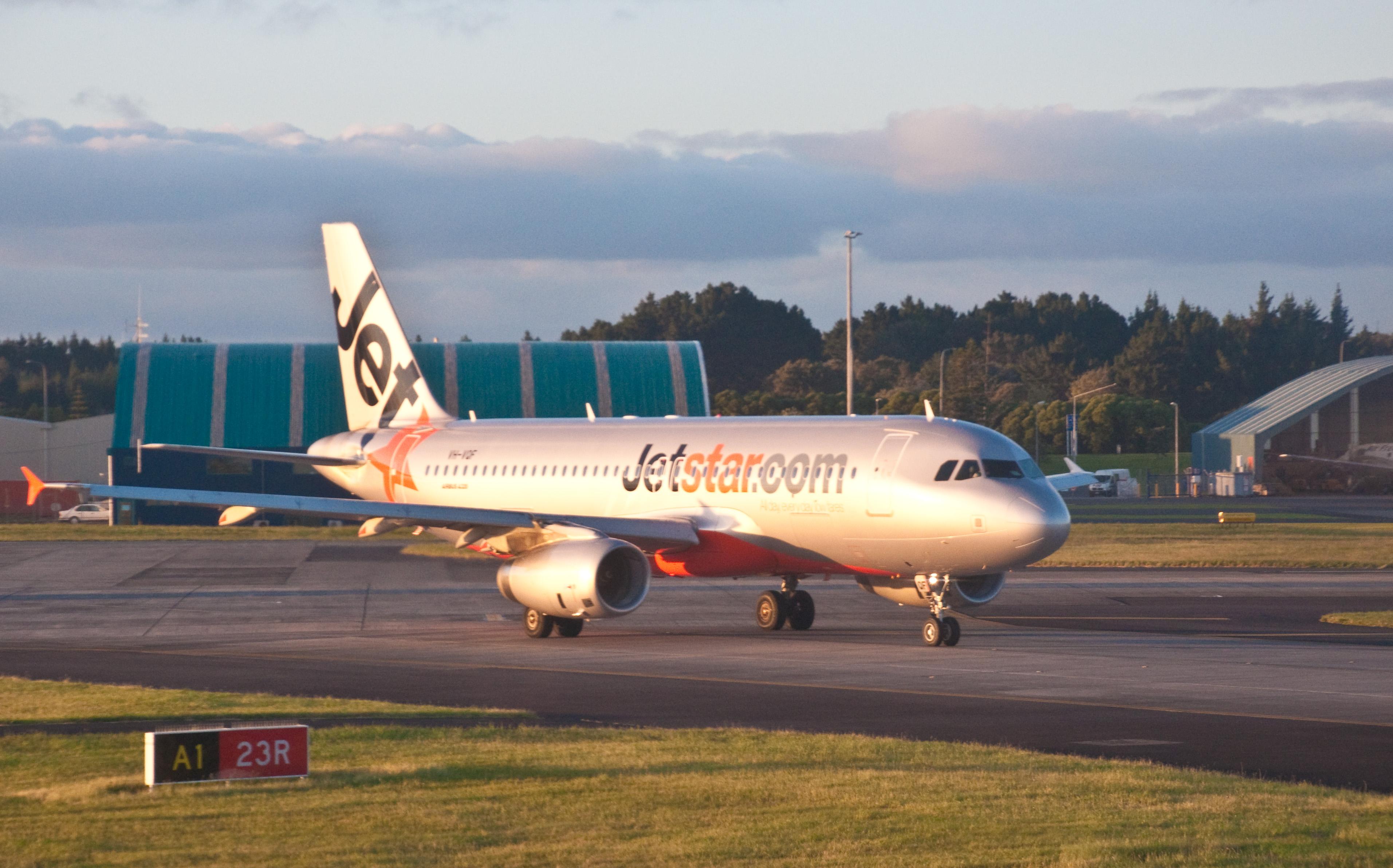 File:Jetstar A320, Auckland, 6 Nov. 2009.jpg - Wikimedia Commons