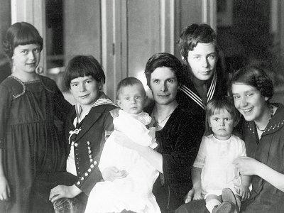 Katja Mann mit ihren sechs Kindern um 1919