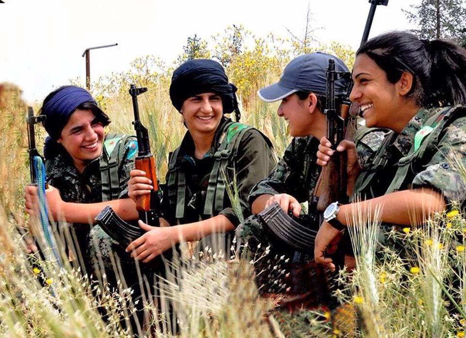 Od emancipace na bojišti k emancipaci v domácnosti. Irácké ženy - civilistky nakupují civilní zbraně. Foto: Wikimedia / Kurdishstruggle
