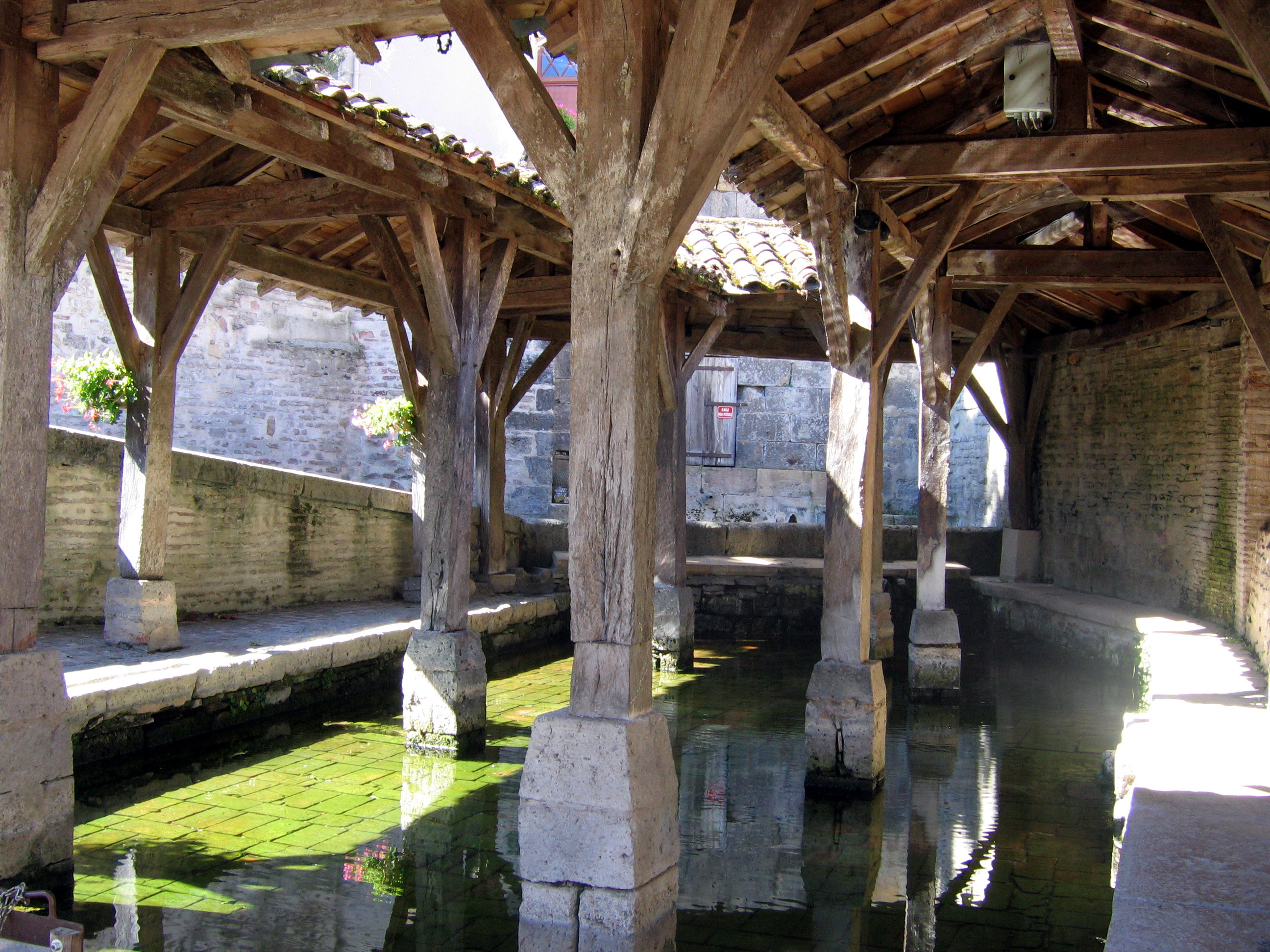 https://upload.wikimedia.org/wikipedia/commons/c/c1/Lavoir_du_Mas-d%27Agenais%2C_int%C3%A9rieur.JPG