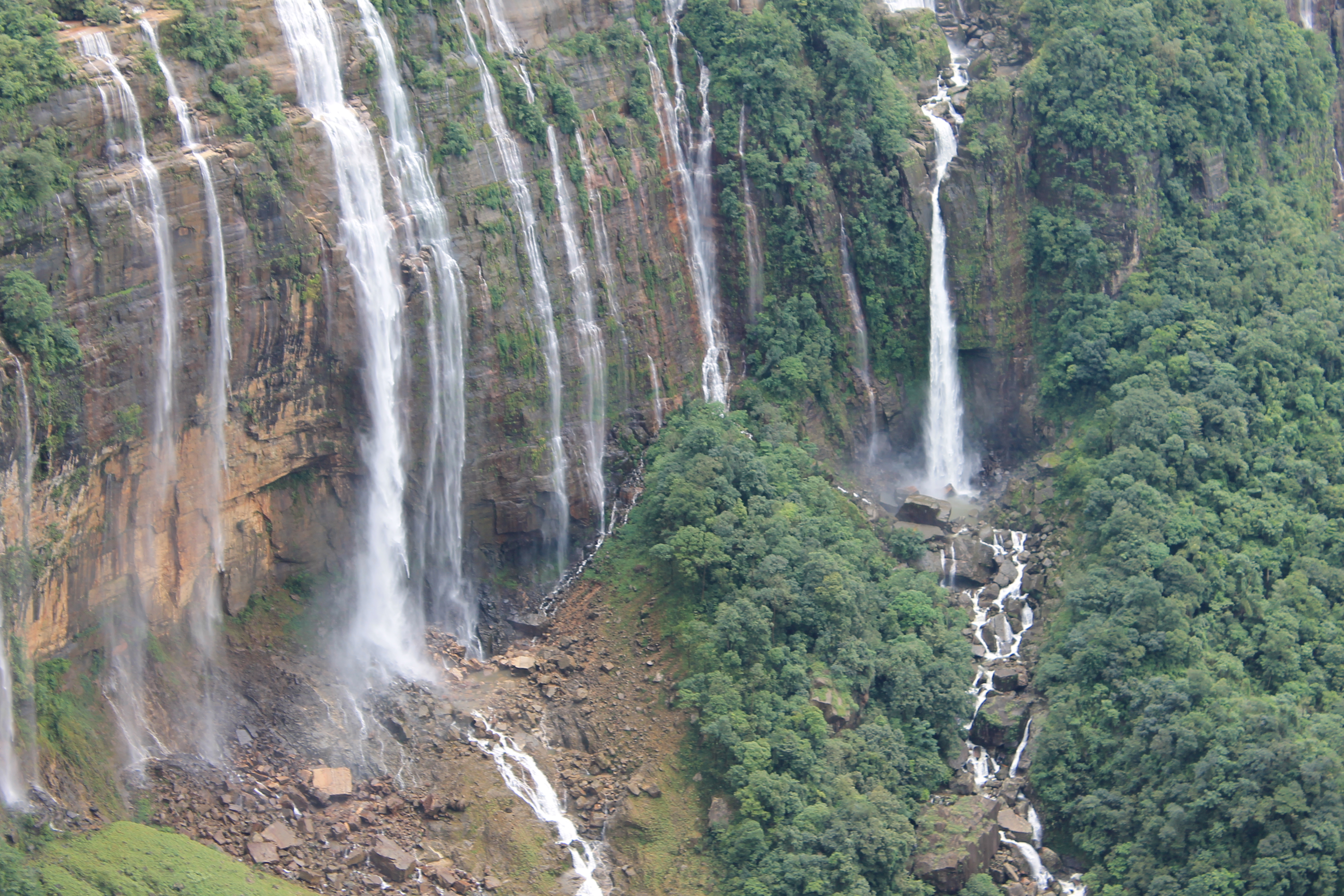 Nohkalikai falls.jpg