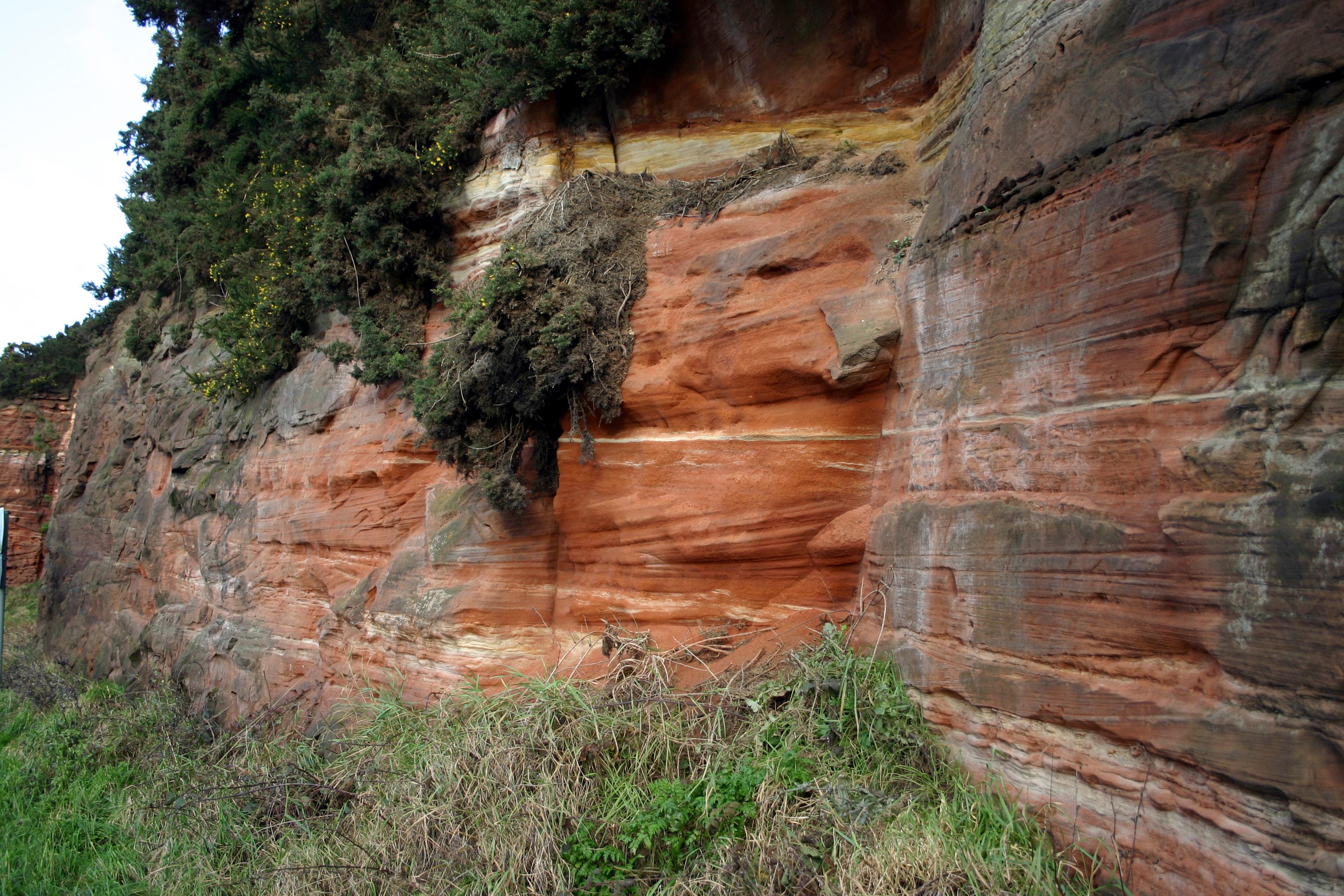 Estratos de arenisca del límite Pérmico-Triásico fotografiados en Runcorn Hill, Reino Unido.