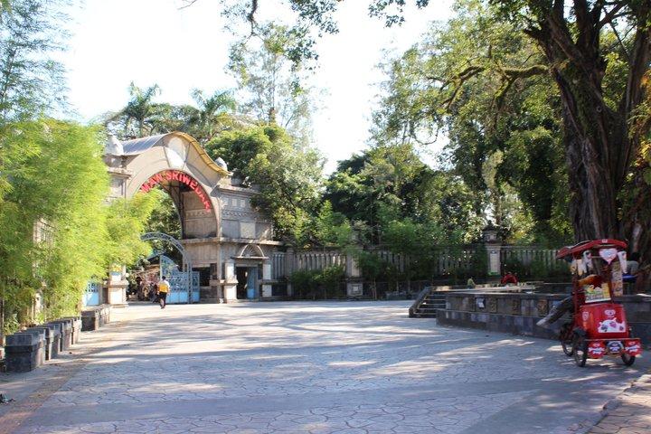 File:Pintu Masuk Taman Sriwedari.jpg