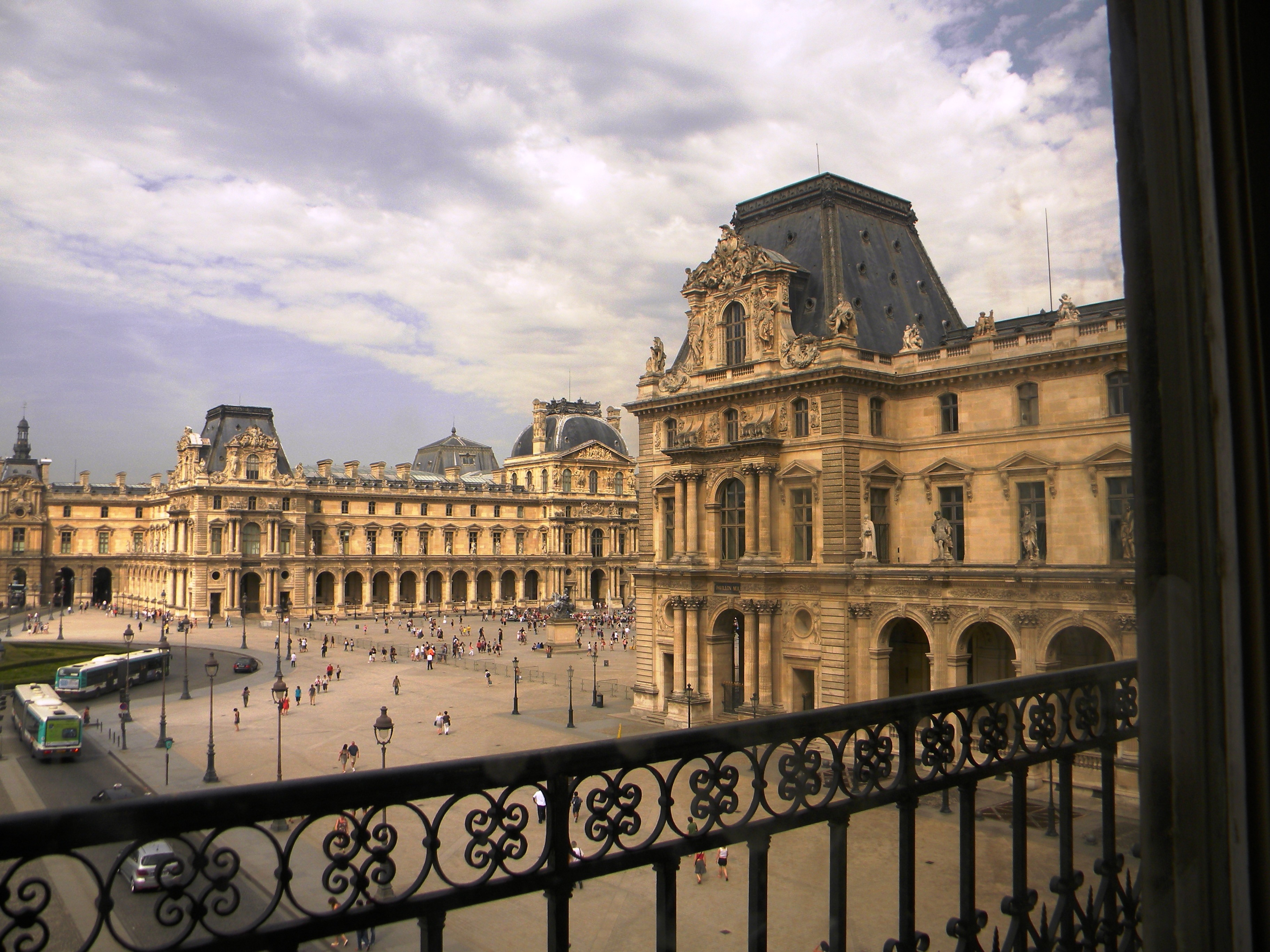 File place du carrousel as seen from the louvre 10 july for Salon du louvres