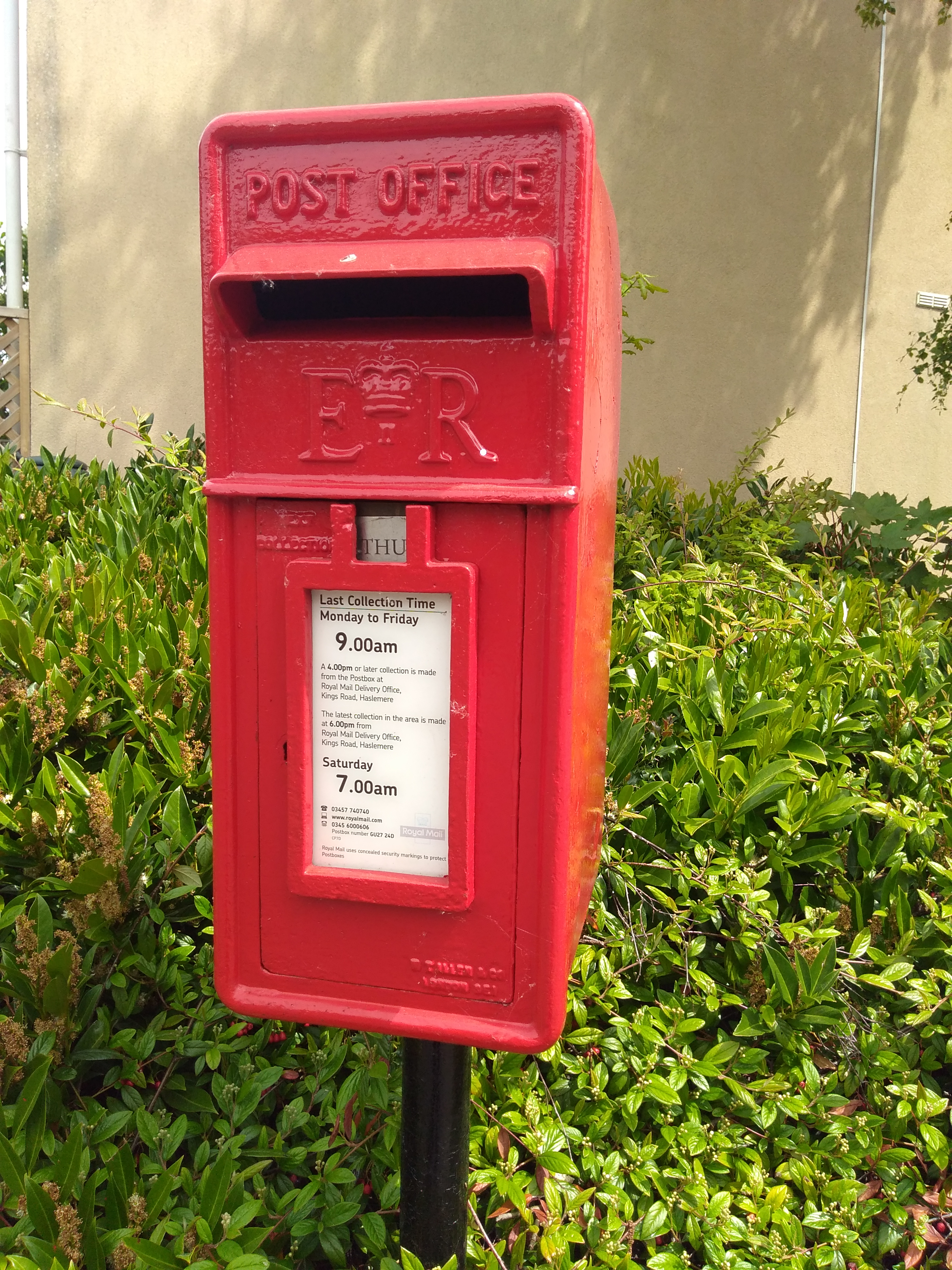 File:Post Box GU27 24D, The Meads, Haslemere, Surrey.jpg