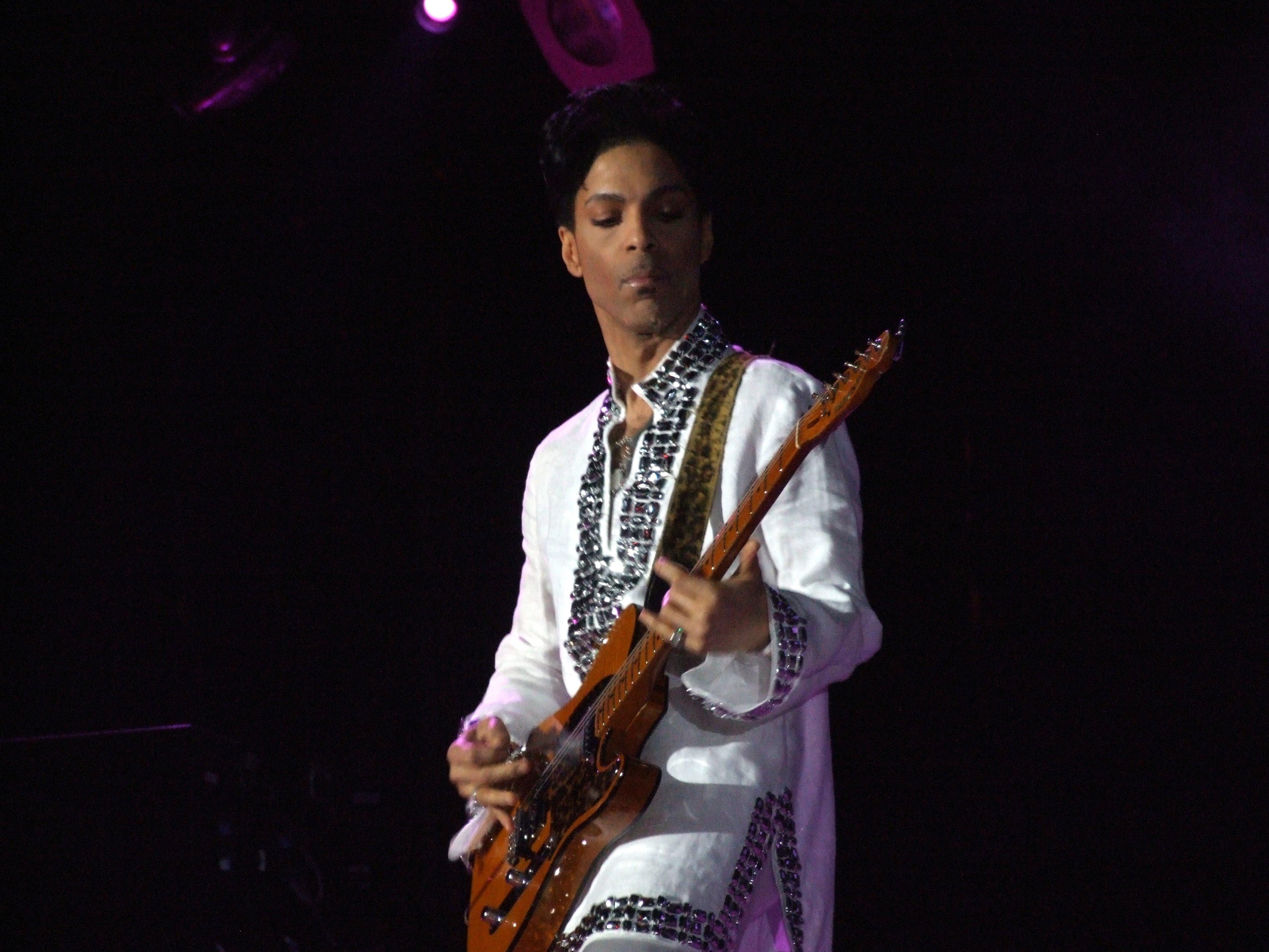 """Prince estrena su tema 'Baltimore' en un concierto """"para la pausa y la reflexión"""" tras disturbios en EE. UU."""