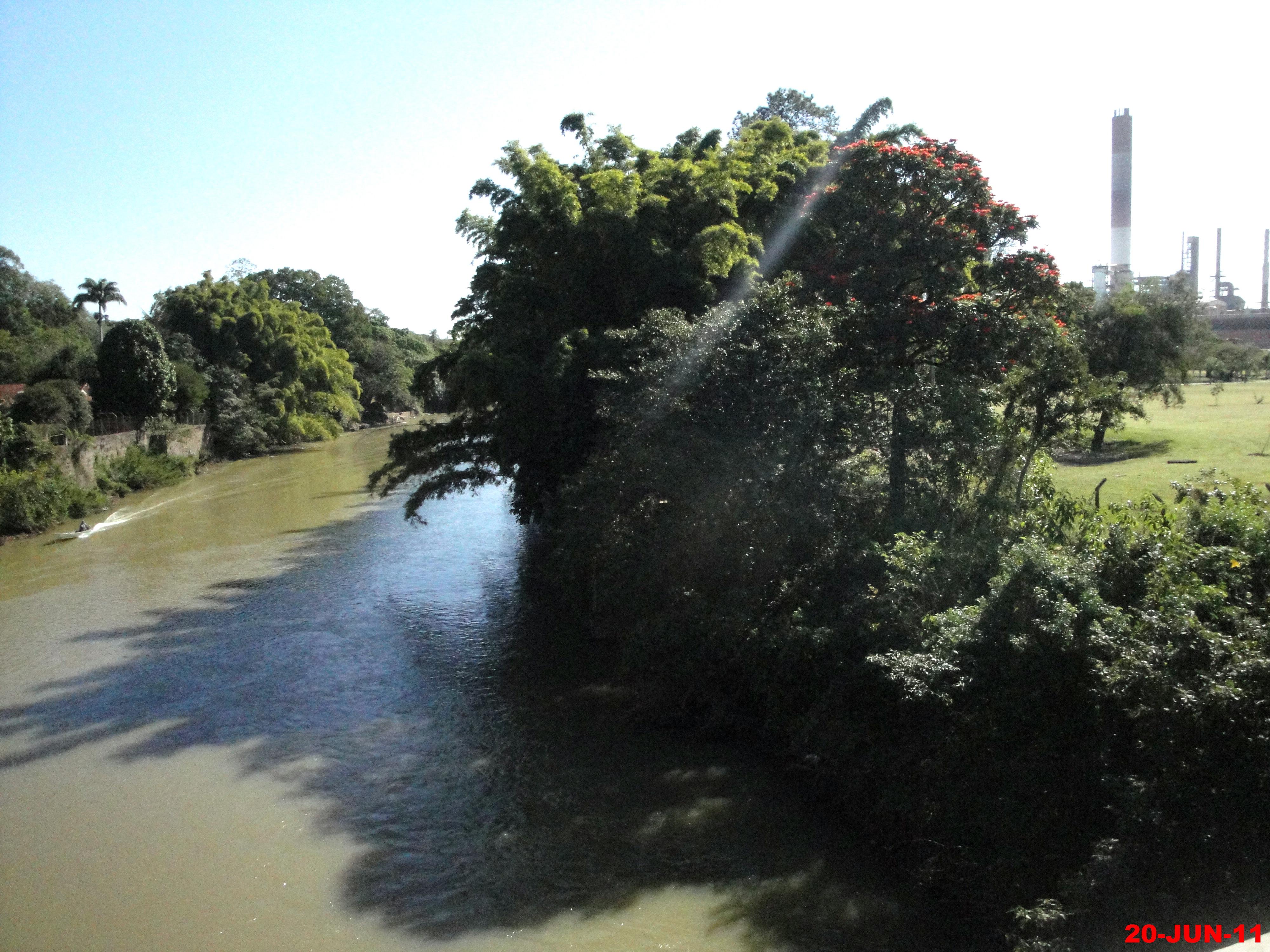 File:Rio Mogi Guaçu, no lado direito a fábrica da IP-International