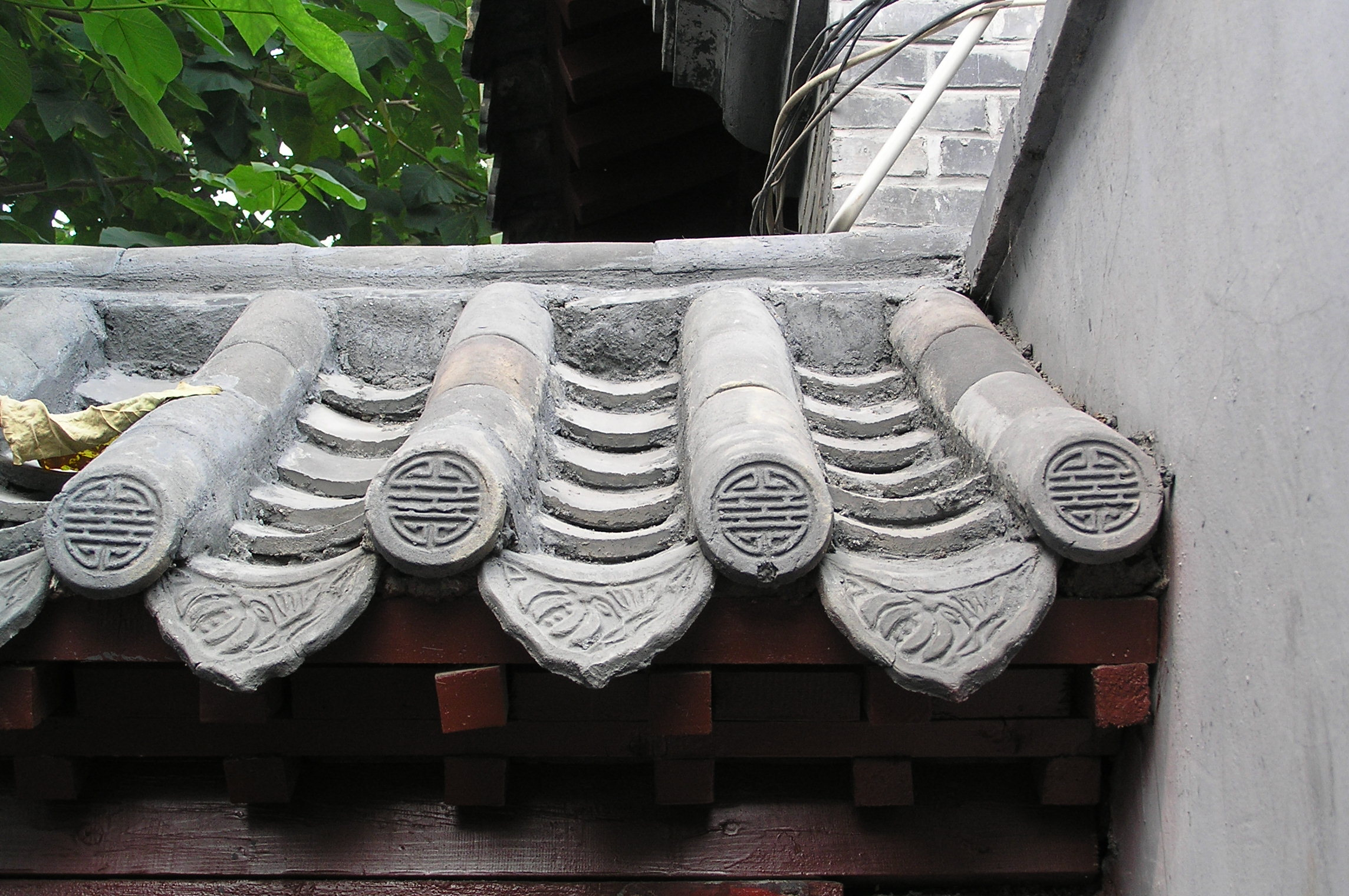 File roof tiles at a hutong house in beijing china jpg wikimedia commons - Pose tuiles plates anciennes ...