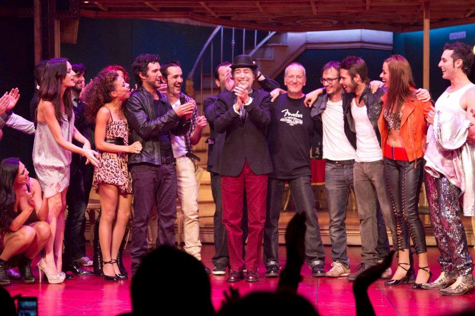 Joaquín Sabina y Pancho Varona junto a todo el elenco del musical Más de cien mentiras el día del estreno de la obra.
