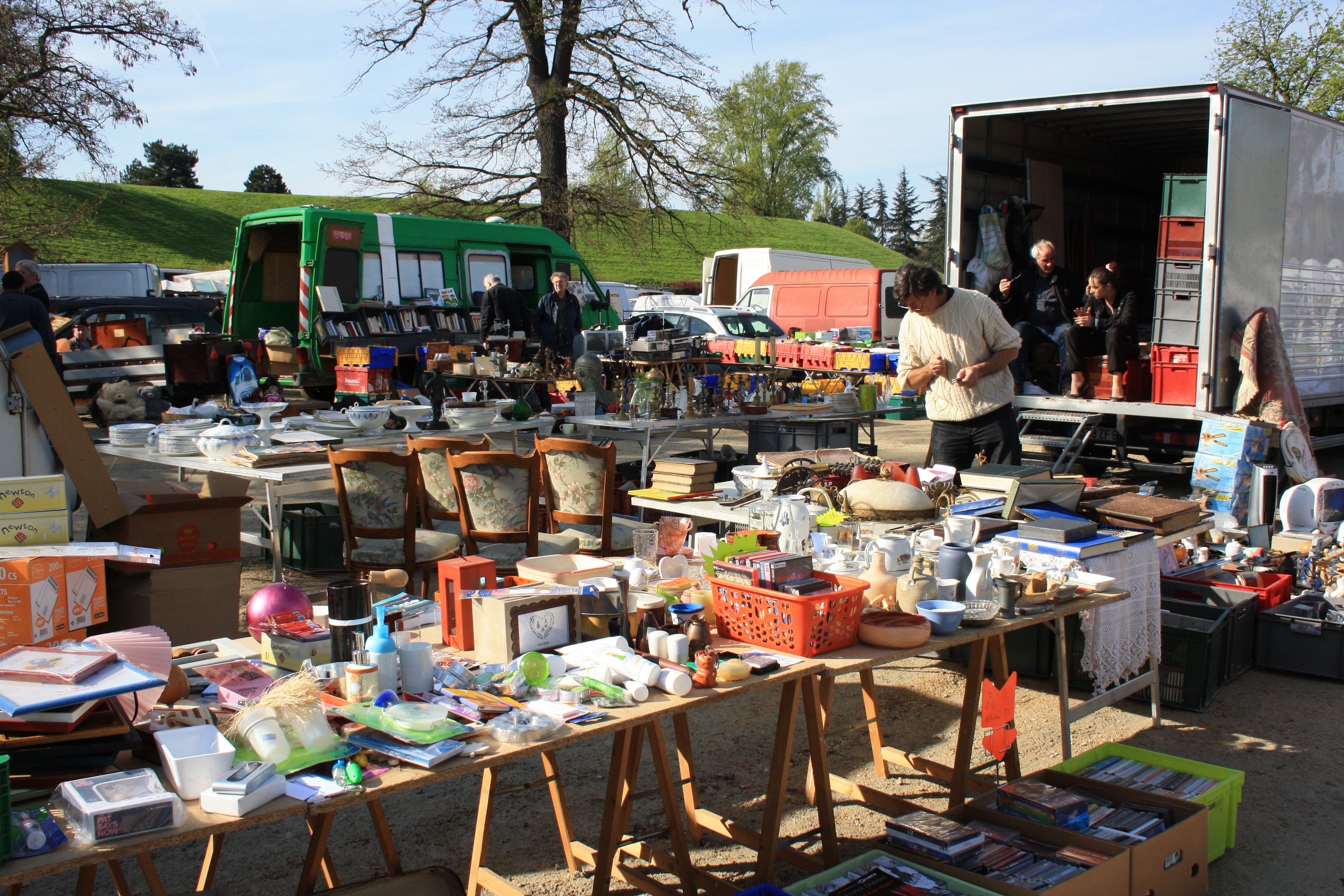 File:Second-hand market in Champigny-sur-Marne 017.jpg