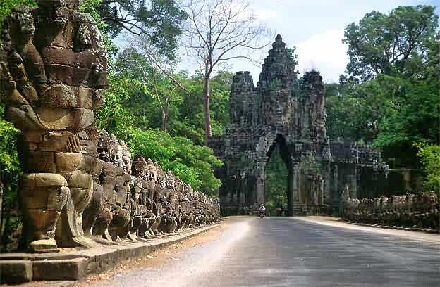 Temppelit olivat sitäkin vakuuttavampia. Kuvassa Angkor Thomin sisäänkäynti. Lähde: Wikimedia commons