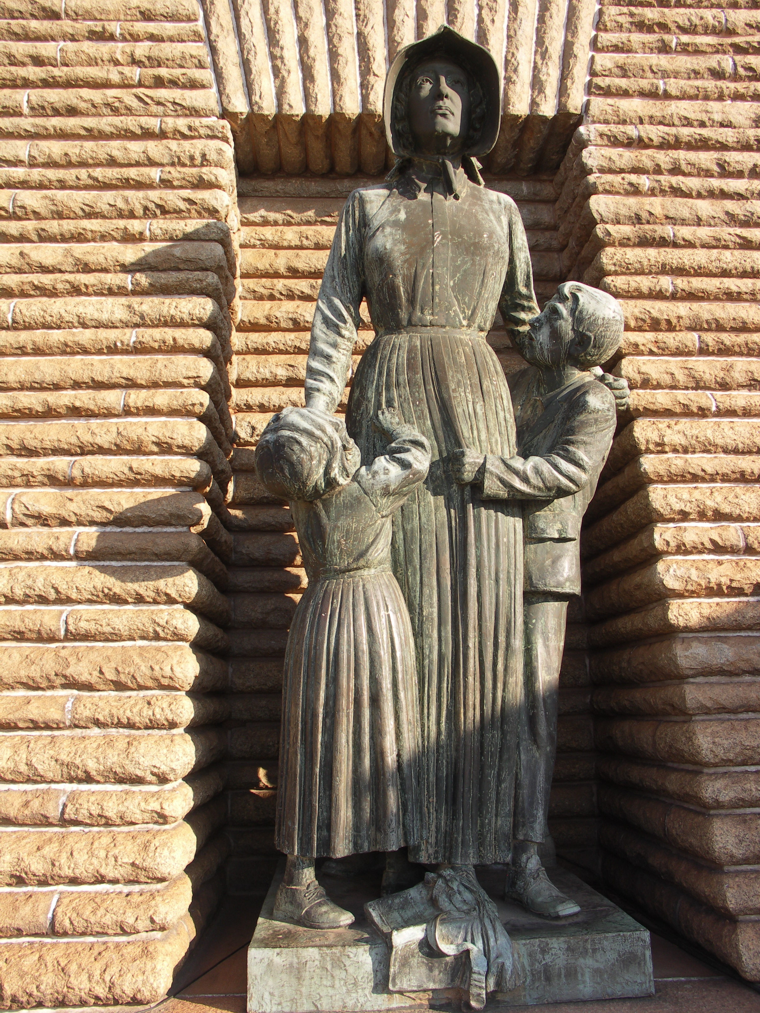 Statue i spomenici posvećene deci South_Africa-Voortrekker_Monument-Woman_and_Children01