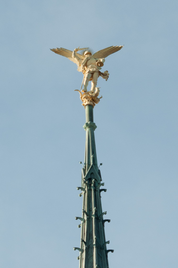 file statue de michel mont michel jpg wikimedia commons