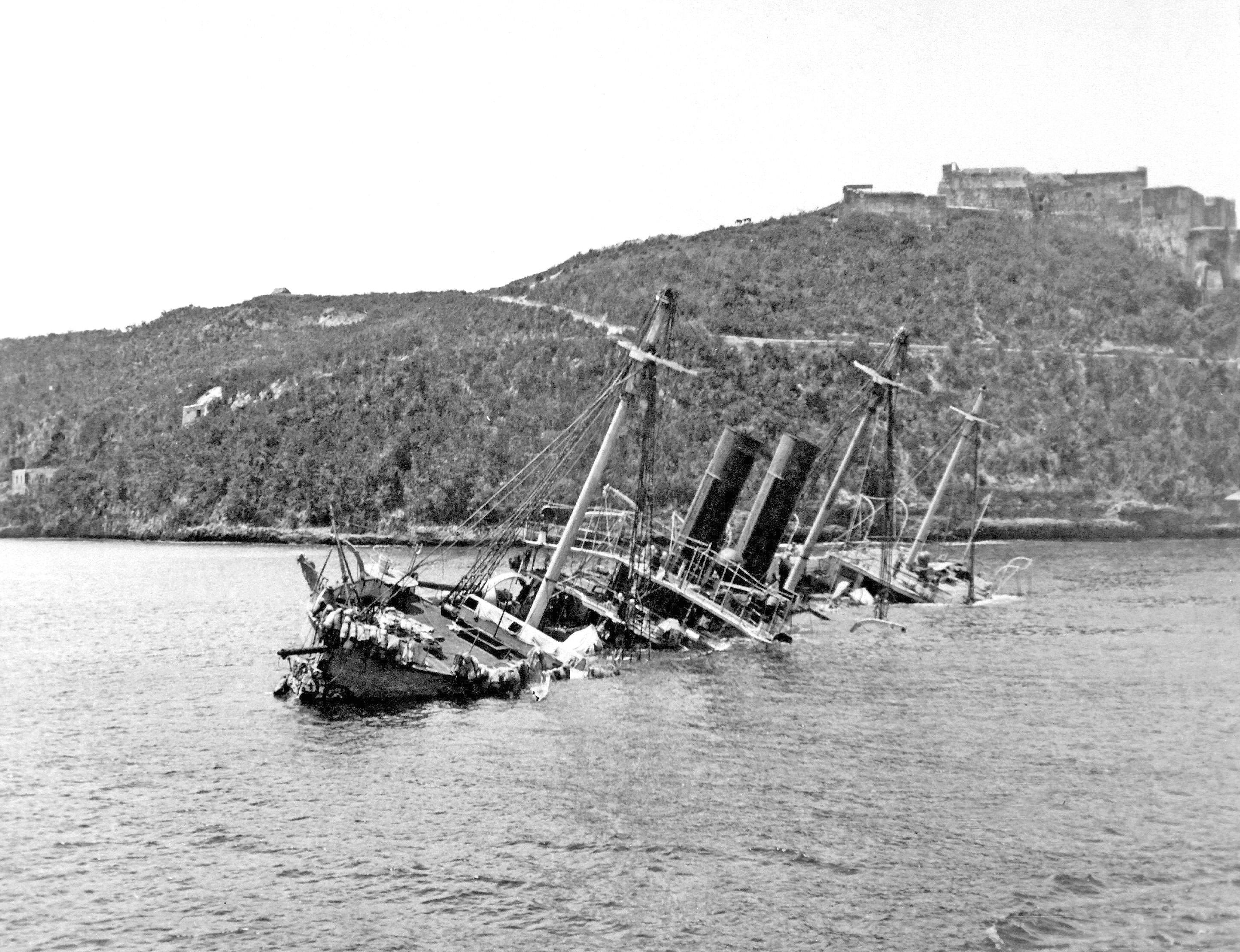 Crucero español Reina Mercedes, hundido en Santiago de Cuba.