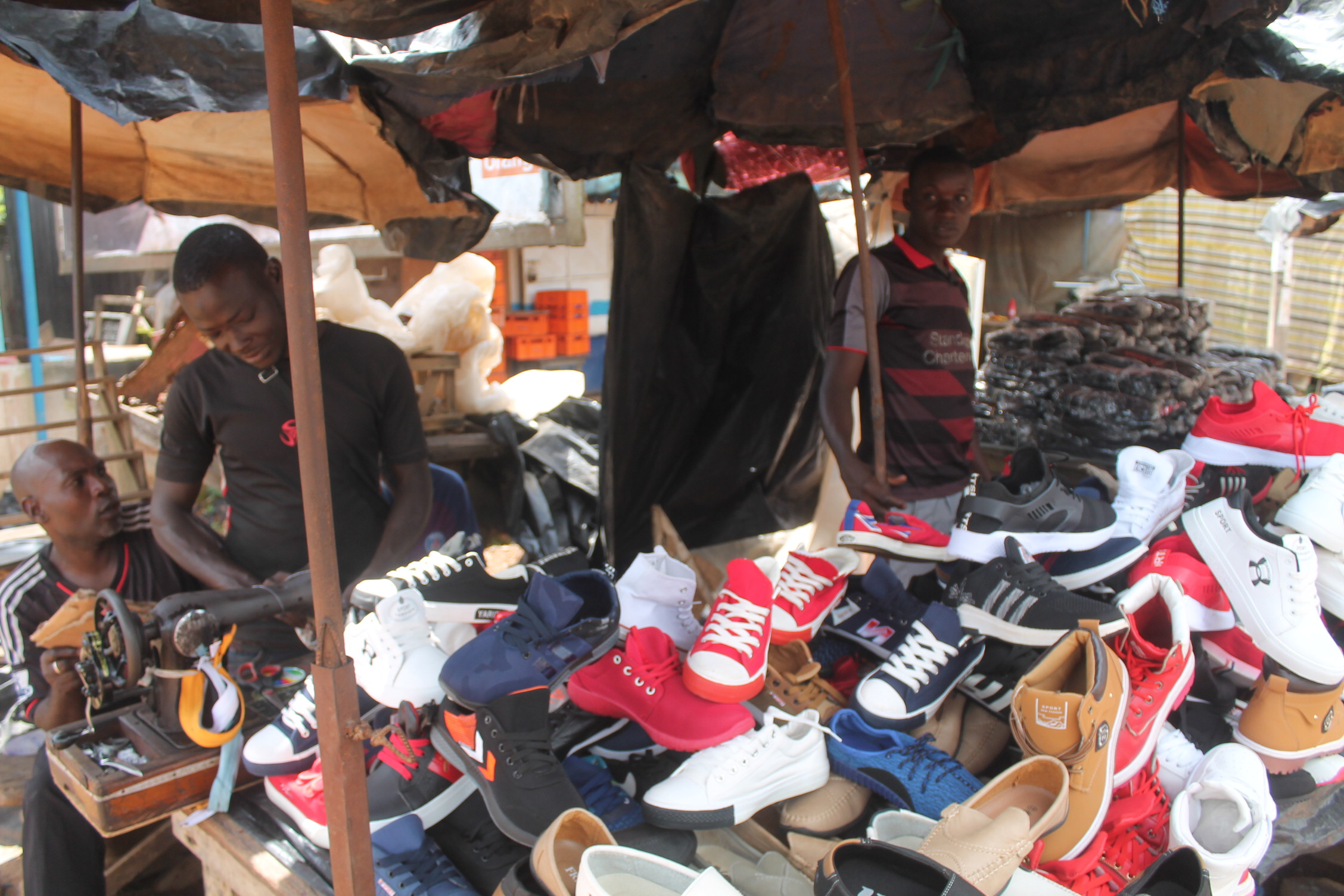 f0ebb28d6a1a10 File:Vendeur ambulant de chaussure 02.jpg - Wikimedia Commons