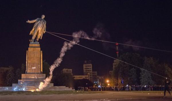 ВУкраинском государстве ребенка раздавило плитой отснесенного монумента Ленину