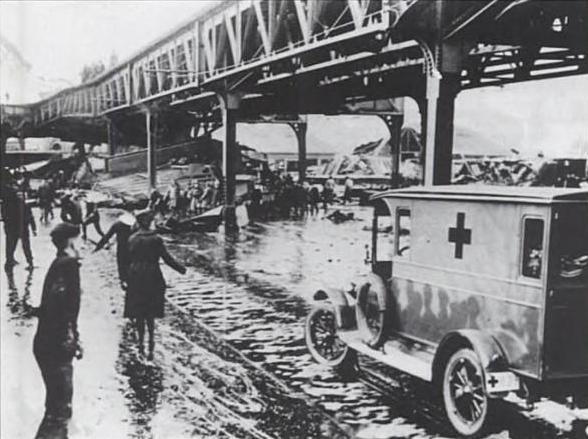 波士頓糖蜜災難,1919年時的營救景象。