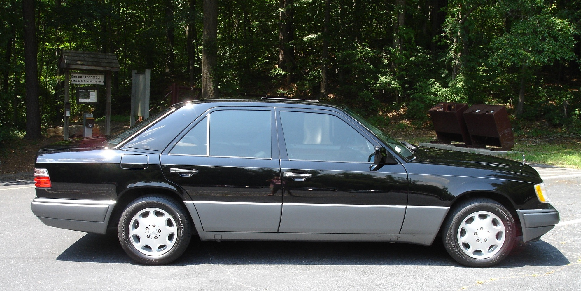 file 1995 mercedes benz w 124 e320 sedan jpg wikimedia