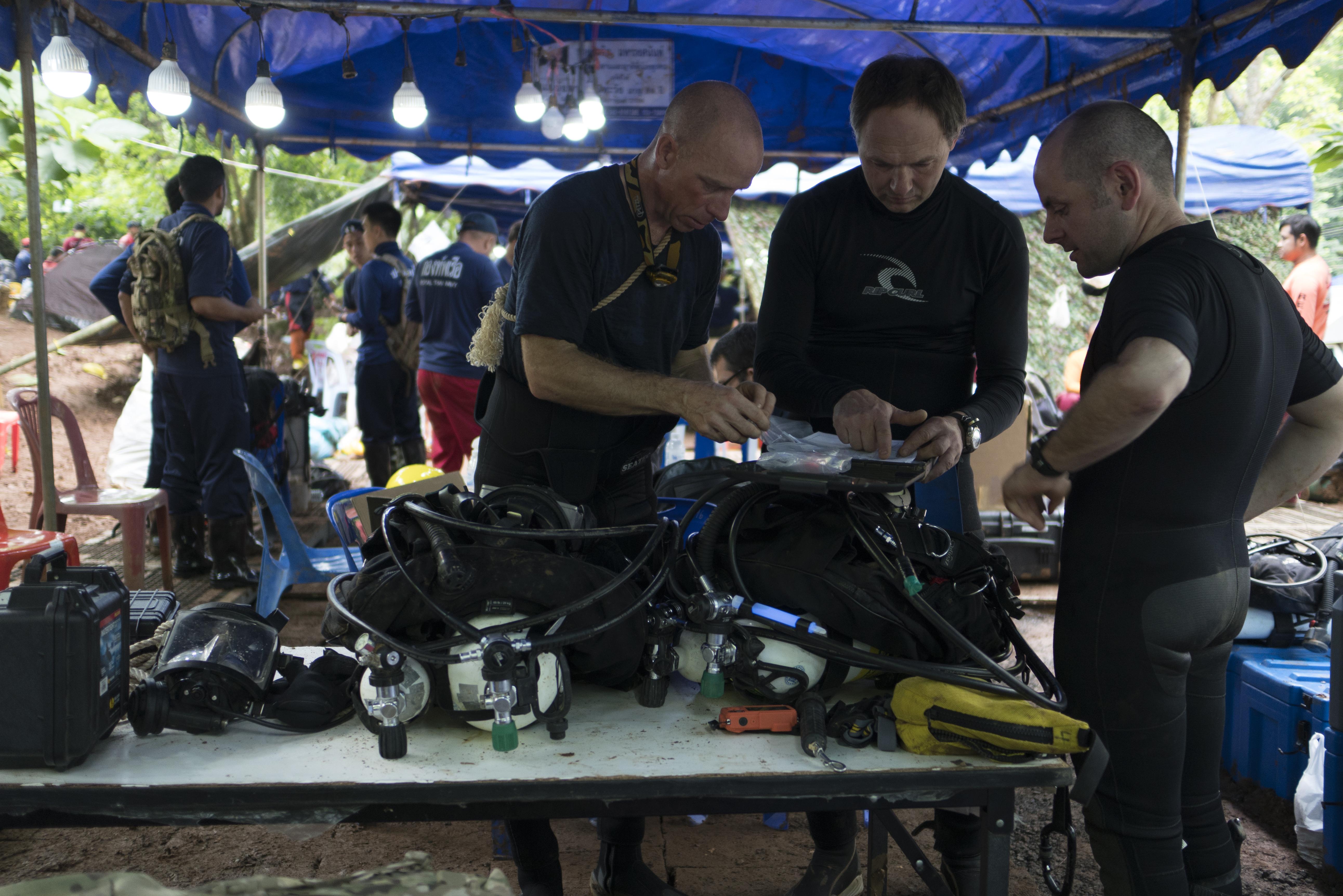Plik:4547292 Cave rescue divers prepare dive equipment at