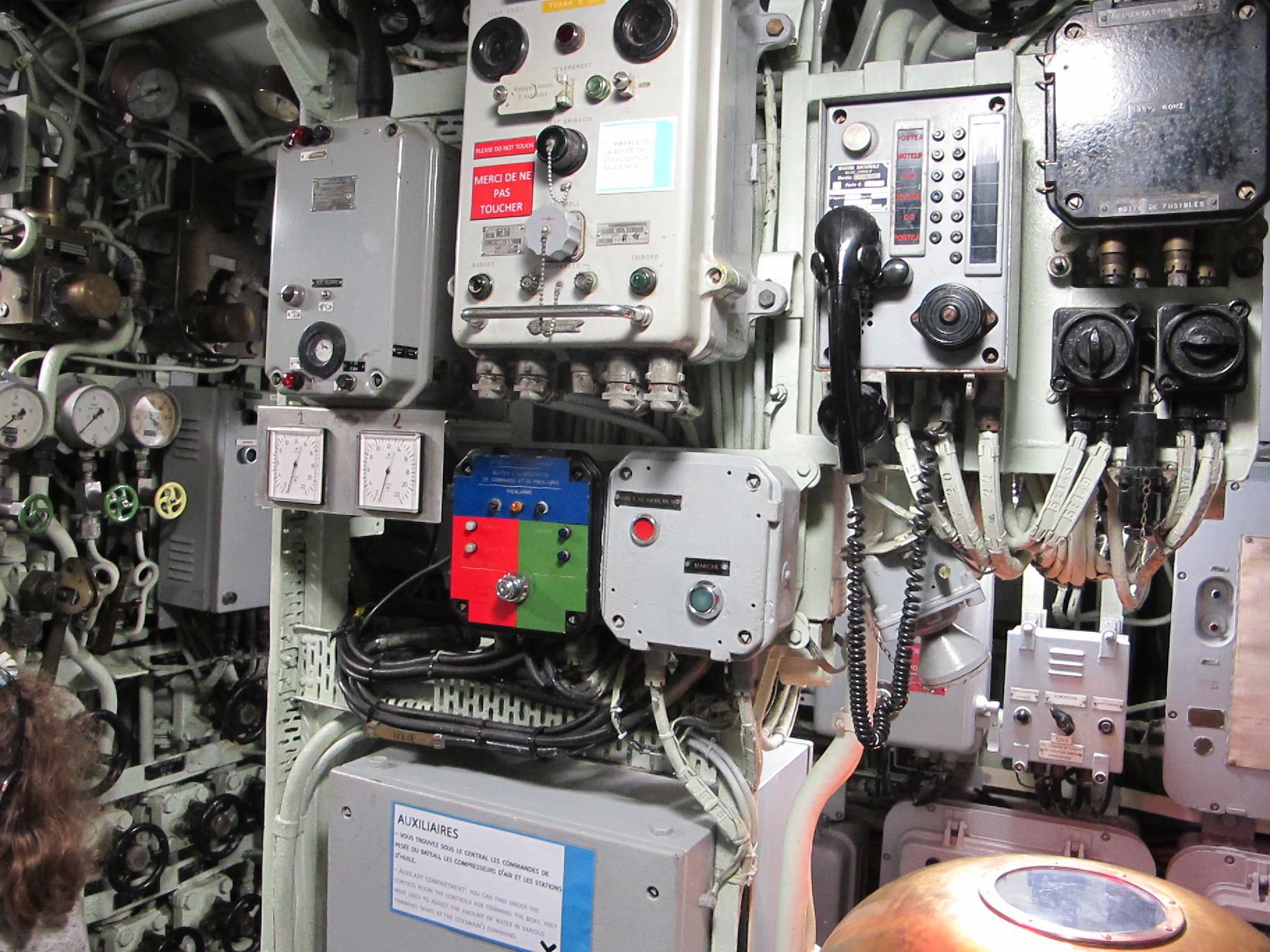 File a l 39 int rieur du sous marin flore s647 lorient for Interieur sous marin