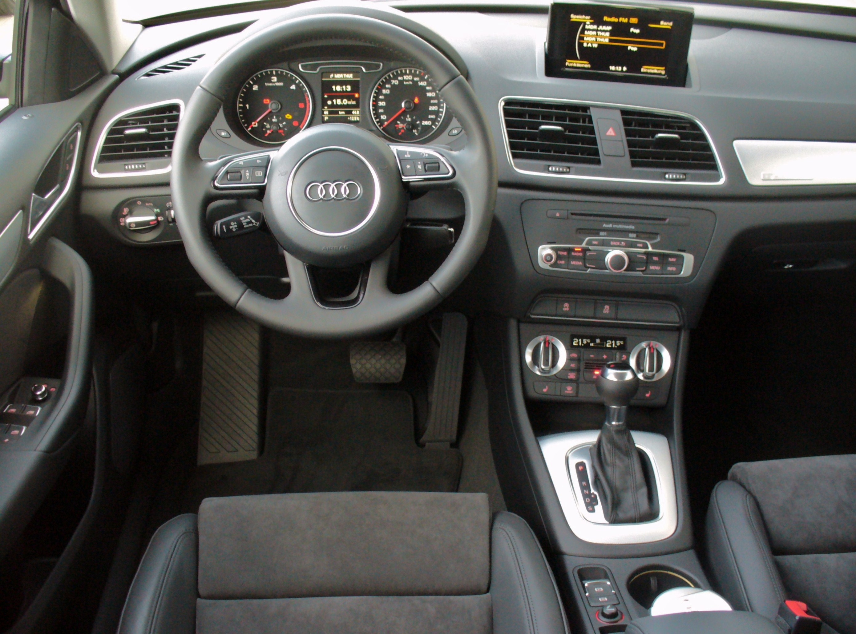 plik audi q3 2 0 tdi quattro s tronic phantomschwarz interieur jpg wikipedia wolna encyklopedia. Black Bedroom Furniture Sets. Home Design Ideas