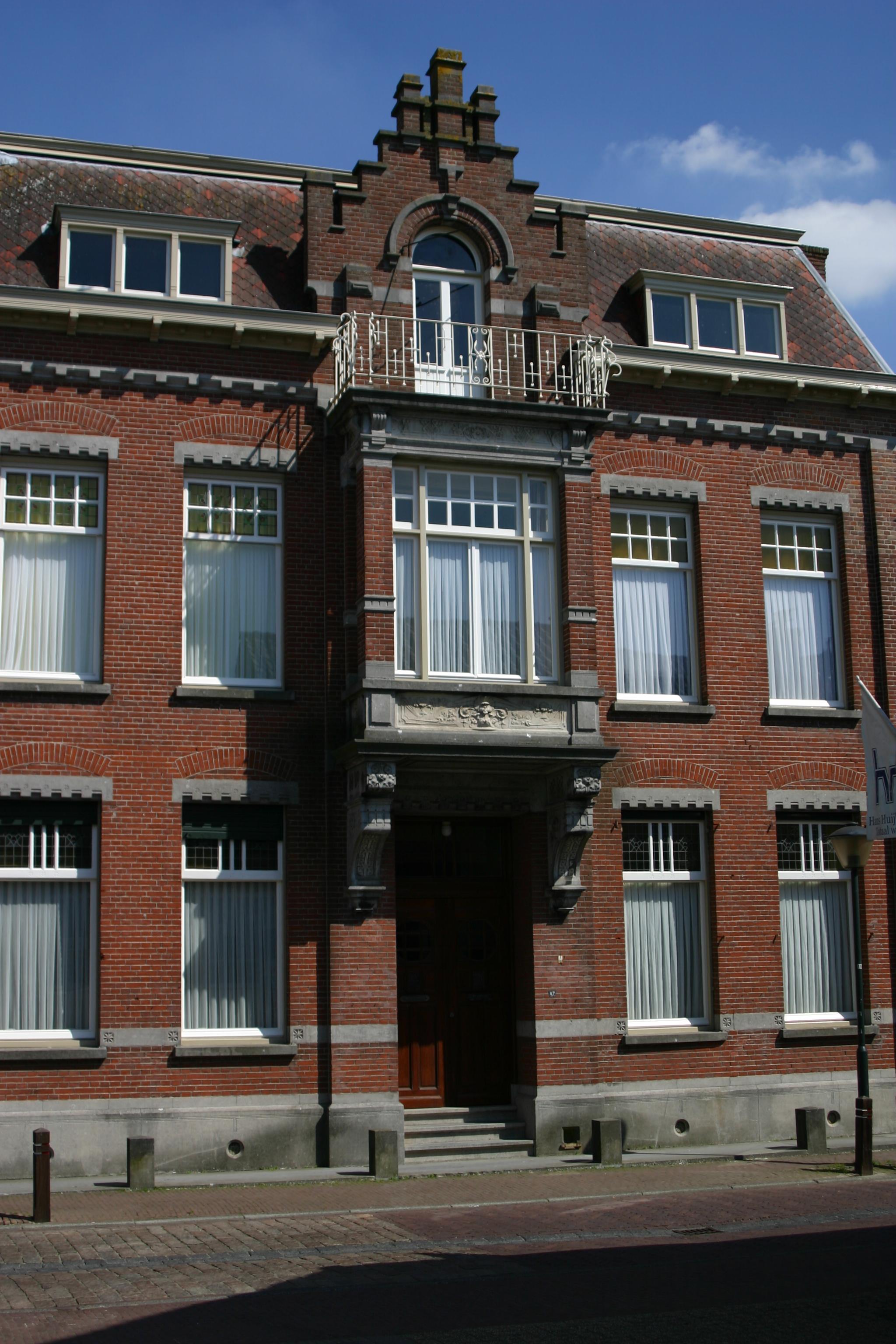 Herenhuis (notarishuis), gebouwd Overgangsstijl met kenmerken van ...