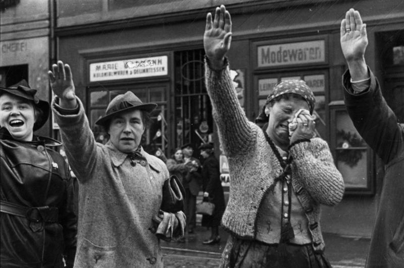 População saudando as tropas alemãs durante a ocupação dos Sudetos (1938).