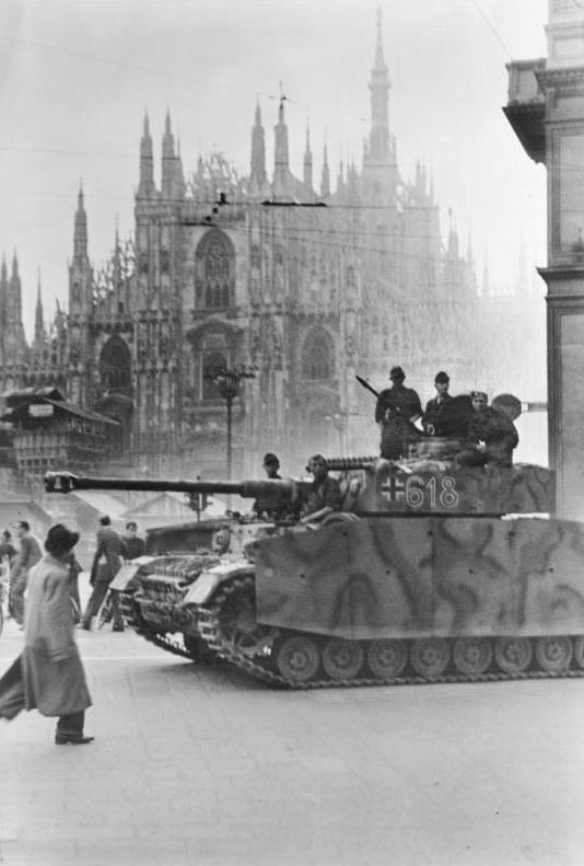A PzKpfw IV at Piazza del Duomo