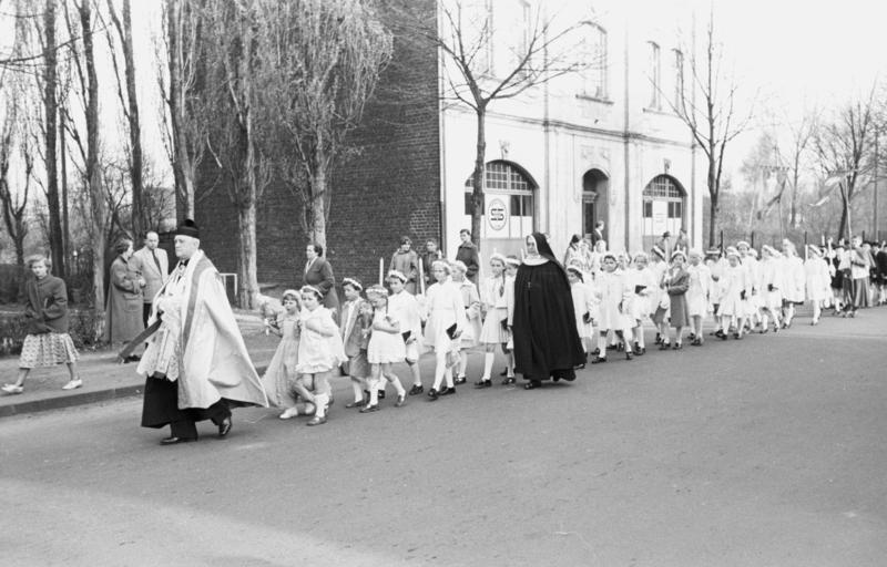 File:Bundesarchiv Bild 194-0552-30, Prozession der Kommunionkinder.jpg