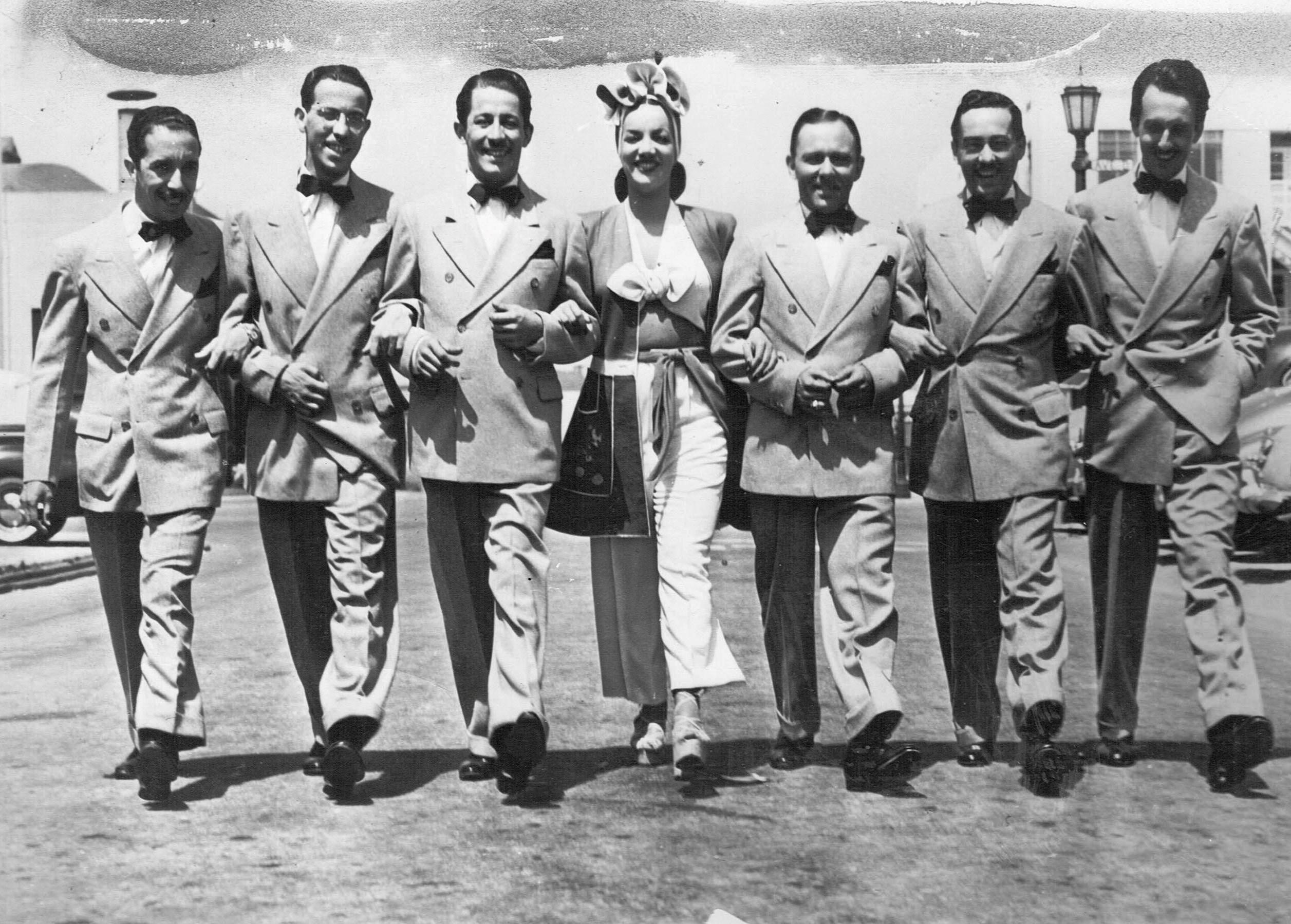 Carmen Miranda e os integrantes do grupo musical Bando da Lua (da esquerda para a direita: Zé Carioca, Vadico, Nestor Amaral, Afonso, Stenio e Aloysio de Oliveira).