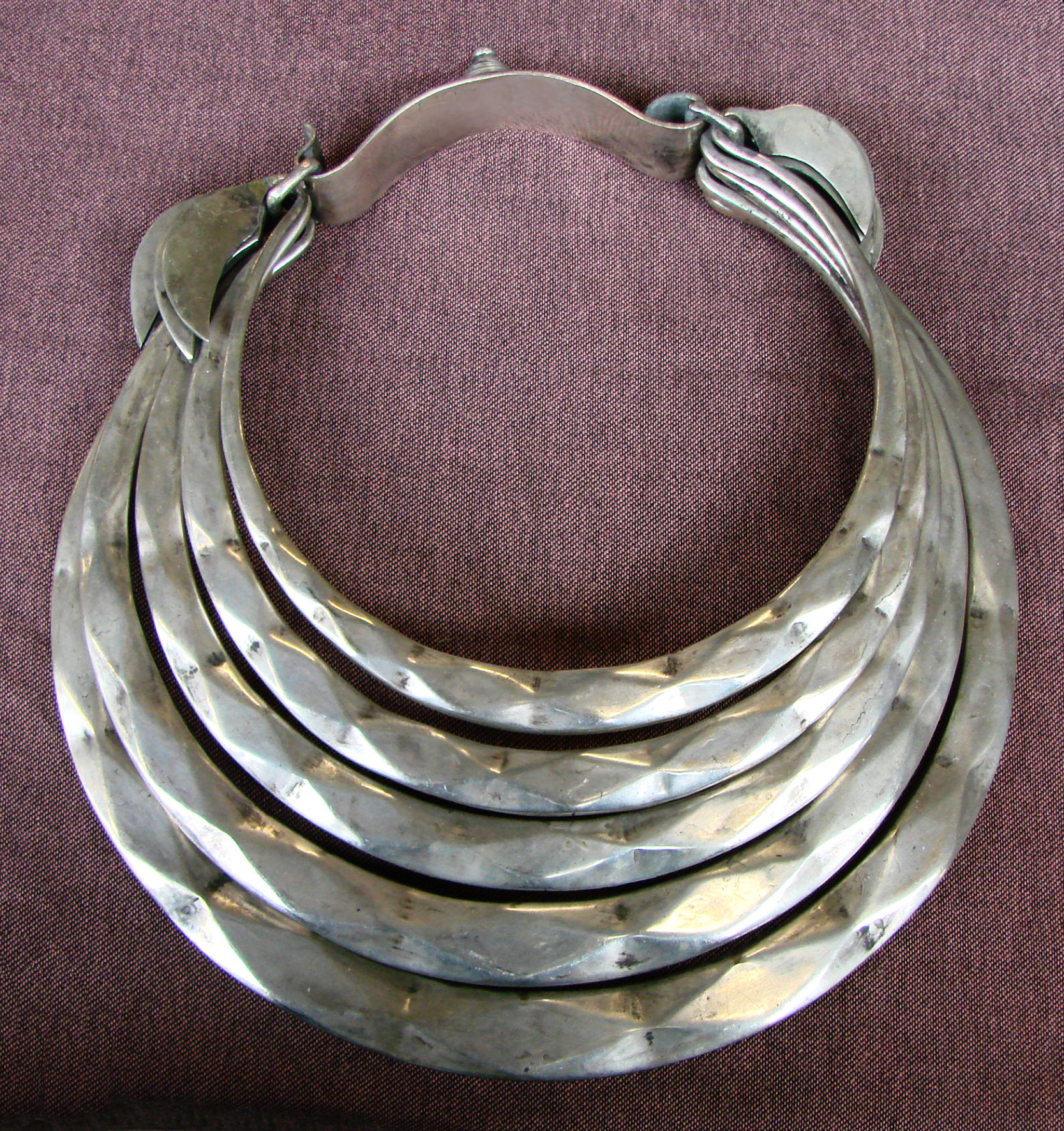 File:Collier Miao 06 jpg - Wikimedia Commons