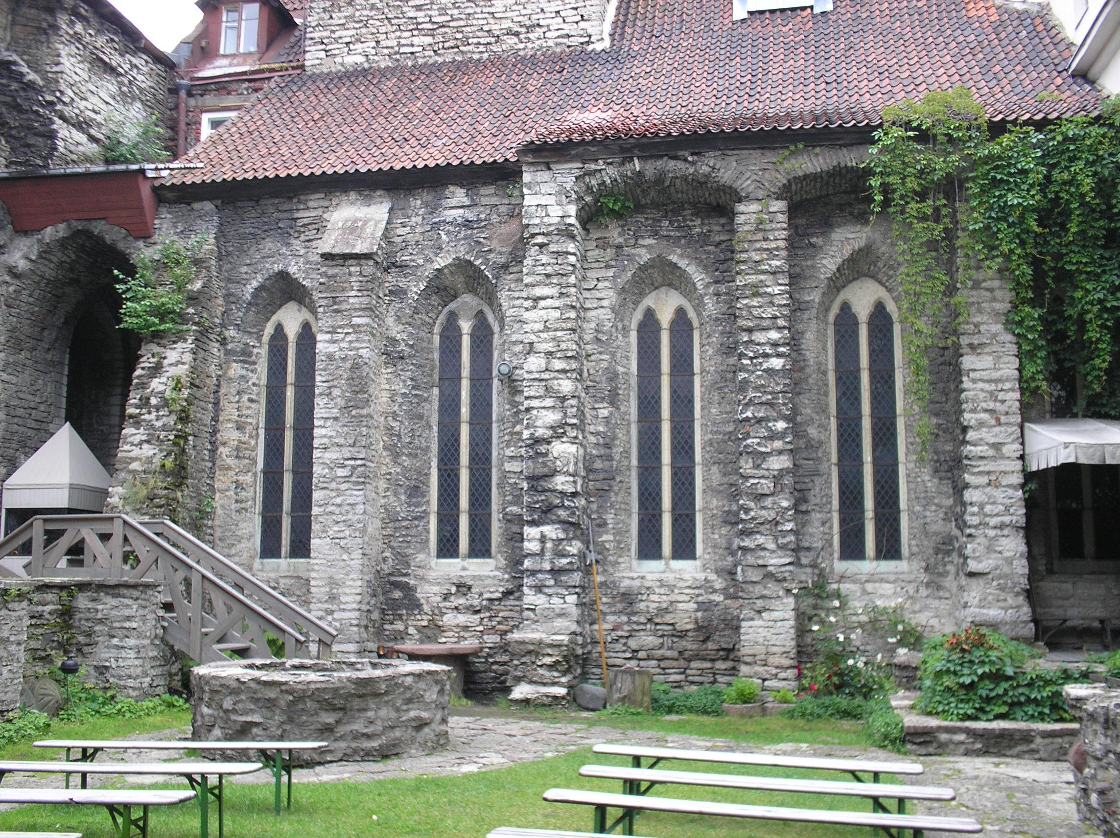 Dominiiklaste kloostri hoov 2007.jpg
