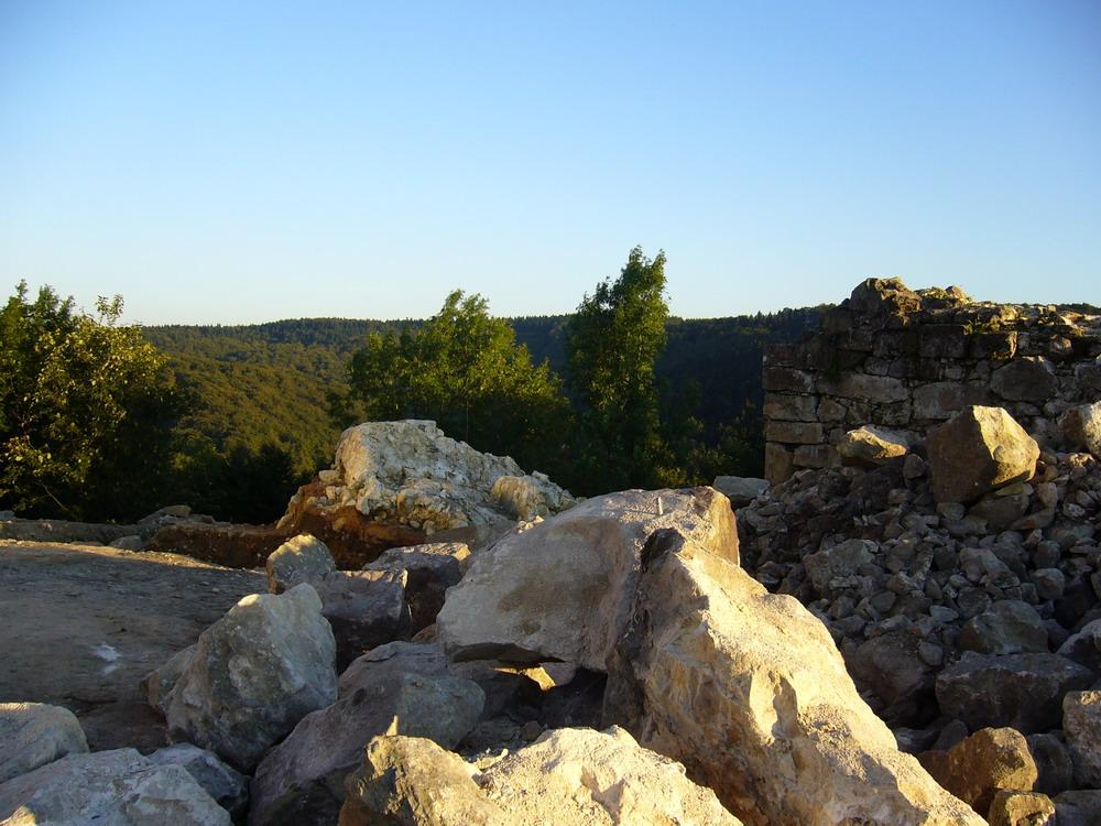Mauerreste der Ruine Falkenburg mit Blick nach Osten