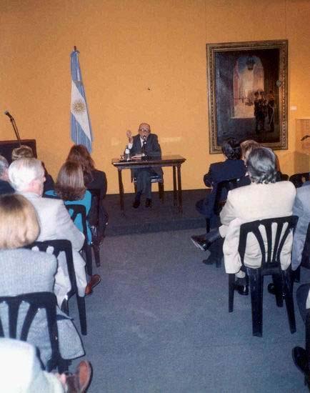 Félix Luna dando una conferencia en la Casa Rosada.