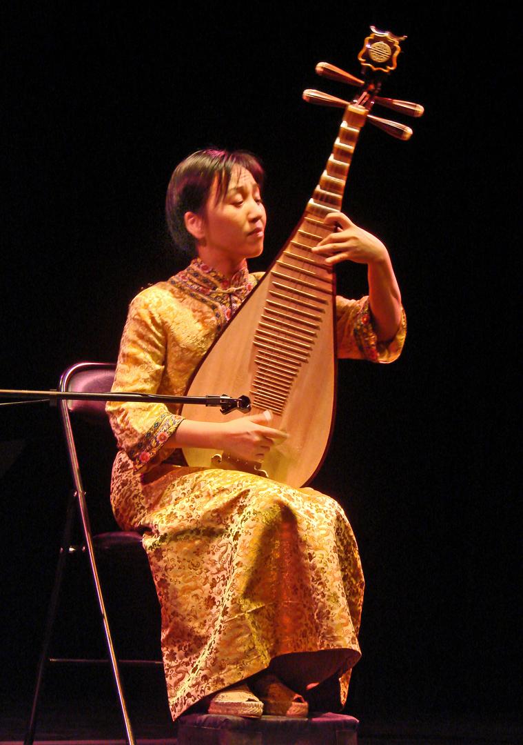 Flickr - dalbera - Lingling Yu au pipa en concert (musée Guimet, Paris).jpg